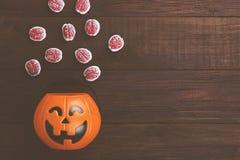 可怕的甜点脑子为在装饰南瓜的万圣夜 免版税库存照片