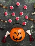可怕的甜点脑子,蠕虫,骨头为在decorati的万圣夜 免版税库存图片
