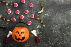 可怕的甜点脑子,蠕虫,骨头为在decorati的万圣夜 库存照片