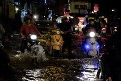 可怕的被充斥的街道,在浪潮的摩托车游泳 免版税库存照片