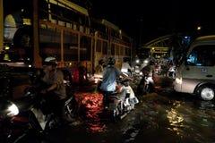 可怕的被充斥的街道,在浪潮的摩托车游泳 库存照片