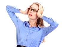 可怕的头疼 成熟的商业妇女对负顶头在手上 免版税库存照片
