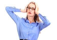 可怕的头疼 成熟的商业妇女对负顶头在手上 库存照片