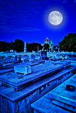 可怕老墓地在晚上 免版税图库摄影