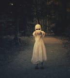 可怕被困扰的鬼魂女孩在森林 免版税库存图片