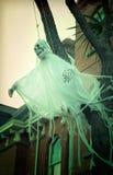 可怕鬼魂装饰的万圣夜在房子外面 免版税库存照片
