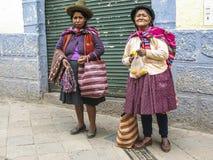 可怜的人民为alm乞求并且卖工艺品和果子对tou 库存照片