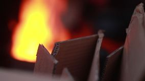 可怜的人民温暖的火和纸板箱,冬天生活方式 股票录像