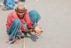 可怜的印地安妇女寻找的帮助 免版税库存图片