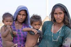 可怜的叫化子妇女和孩子为从一个路人的金钱乞求在普斯赫卡尔 印度 免版税库存图片