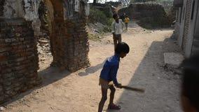 可怜的孩子获得打墙网球的很多乐趣
