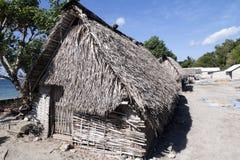 可怜的小屋海草收集者,努沙Penida,印度尼西亚 库存图片