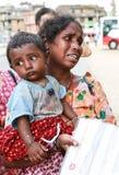 可怜的母亲和儿子在尼泊尔 免版税库存图片