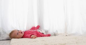 可怜的矮小的小孩婴孩跌倒了 股票视频