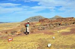 可怜的秘鲁农民和两条狗 免版税库存照片