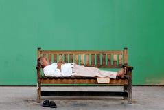 可怜的老无家可归的印度人 库存图片