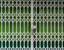 可撤回的折叠的门在前面关闭了商店 免版税库存图片