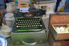 可收回的葡萄酒减速火箭的打字机和市场使物品失去作用 免版税库存照片