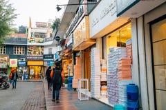 可汗市场、著名购物和餐馆街道在德里,印度 库存照片