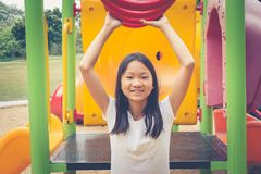 可爱和假日概念:滑稽逗人喜爱的小孩在操场的感觉和幸福 库存照片