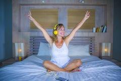可爱和愉快的30s白种人白肤金发的妇女在床上在家是 免版税图库摄影