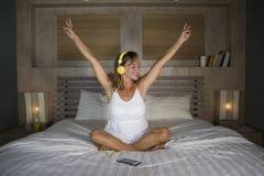 可爱和愉快的30s白种人白肤金发的妇女在床上在家是 免版税库存图片
