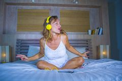可爱和愉快的30s白种人白肤金发的妇女在床上在家是 免版税库存照片