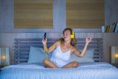 可爱和愉快的30s白种人白肤金发的妇女在床上在家是 库存照片