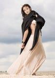 可爱和淫荡妇女在沙漠 免版税库存照片