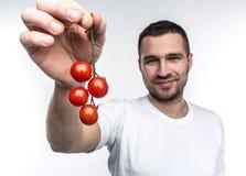 可爱和英俊的人举行cherie蕃茄ramus  这vegane喜欢吃每水果和蔬菜  免版税库存图片