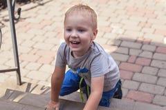 可爱宝贝男孩微笑室外在后院 免版税库存图片