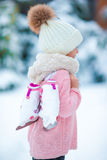 可爱小女孩去滑冰在冬天雪天户外 库存照片