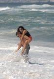 可爱有吸引力的海滩的夫妇 库存照片
