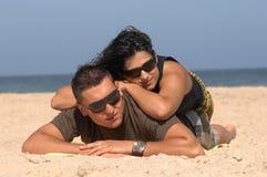 可爱海滩的夫妇 免版税库存照片