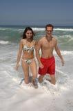 可爱海滩的夫妇 免版税库存图片