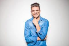 可爱狮子头兔子兔宝宝说谎 免版税库存照片