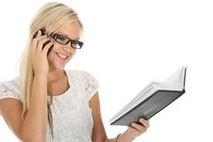 可爱白肤金发的检查的日志的女孩 免版税库存图片