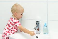 可爱白色白种人男孩小孩一个岁洗涤的手特写镜头画象在卫生间和看起来里惊奇的激动, pl 免版税图库摄影