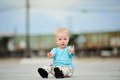 可爱的一列岁男孩火车轨道 免版税库存图片
