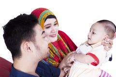 可爱的一起微笑婴孩和的父母 免版税库存照片