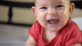 可爱的举行在手和微笑的广告亲吻的都市户外背景晴朗的夏天的婴孩和母亲 股票录像