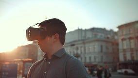 可爱的人和英俊的女孩vr玻璃的在城市拥挤街道 影视素材