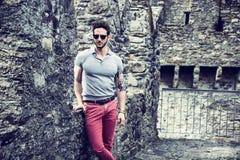 可爱的人室外在老欧洲城堡 免版税库存图片