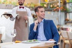 可爱的人开业务会议在餐馆 免版税库存图片