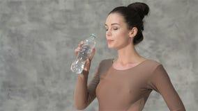 年轻可爱的体操运动员饮用水 影视素材