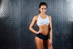 可爱的健身妇女室内画象 免版税图库摄影