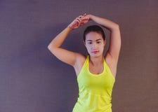 可爱的健身妇女,训练的女性身体,生活方式portrai 免版税库存照片