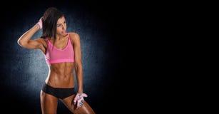 可爱的健身妇女,训练的女性身体 免版税图库摄影
