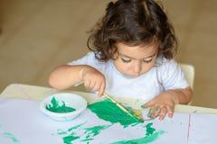 可爱的儿童绘画秋天离开在桌上 免版税库存图片