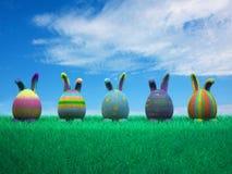 可爱的兔宝宝装饰了复活节彩蛋 免版税图库摄影